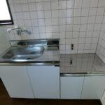 清潔感のあるホワイトの新品キッチン(キッチン)