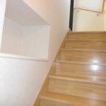階段の登り途中にはチョットした収納スペースがあります