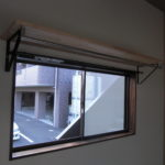 角部屋ならでは窓上棚